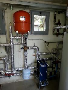Impianto di teleriscaldamento per la produzione di acqua calda sanitaria collegato a una centrale a biomasse (cippato)